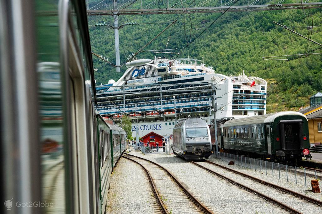 Linha do Flam Railway chega a Flam, Noruega