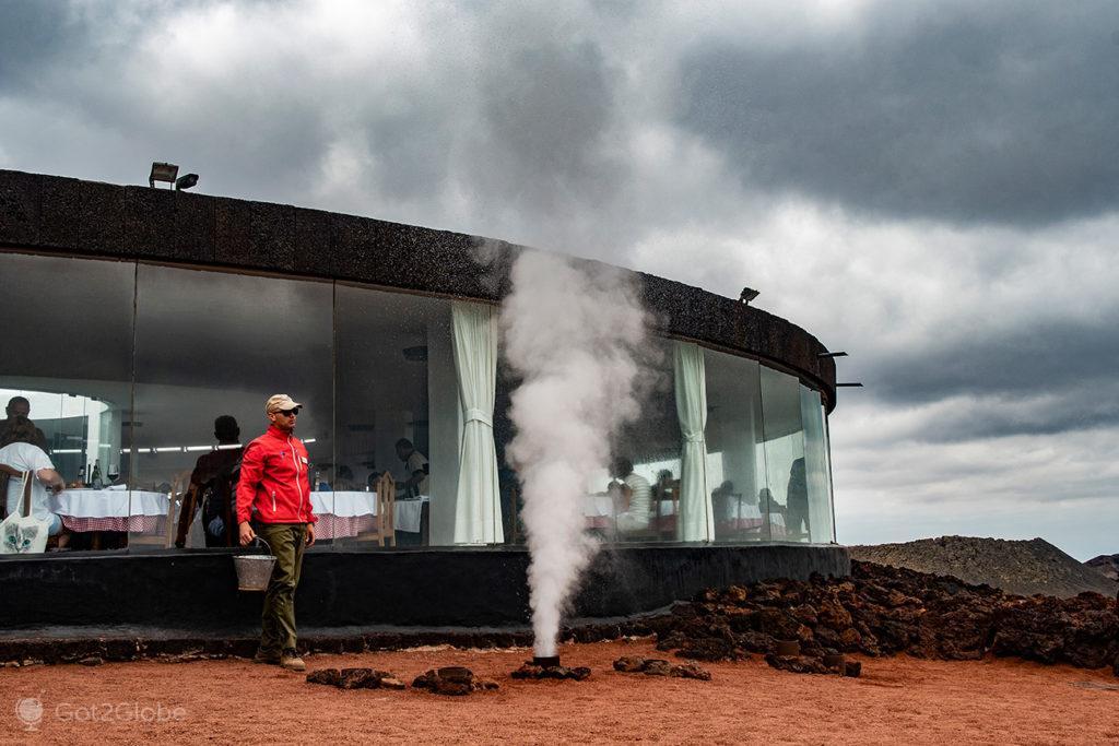 Experiência térmica em frente ao restaurante El Diablo, PN Timafaya, Lanzarote, Canárias, Espanha