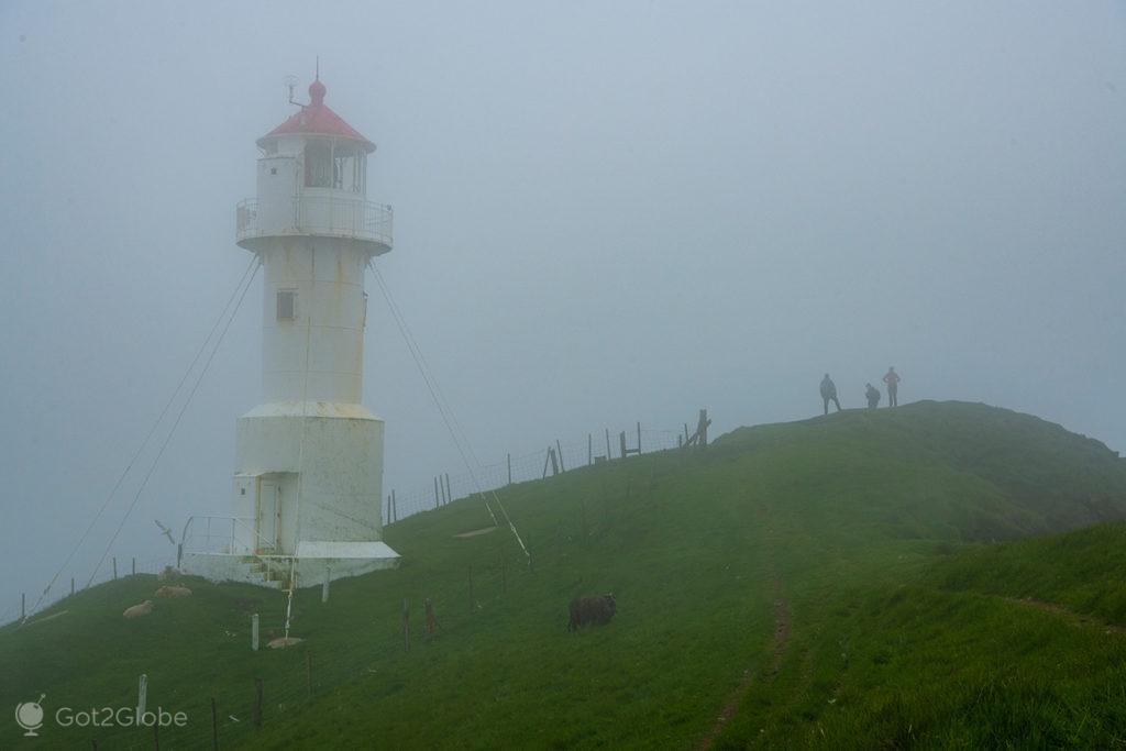 Vultos na névoa, junto ao farol de Mykinesholmur, Ilhas Faroé.