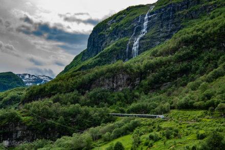 Composição Flam Railway abaixo de uma queda d'água, Noruega