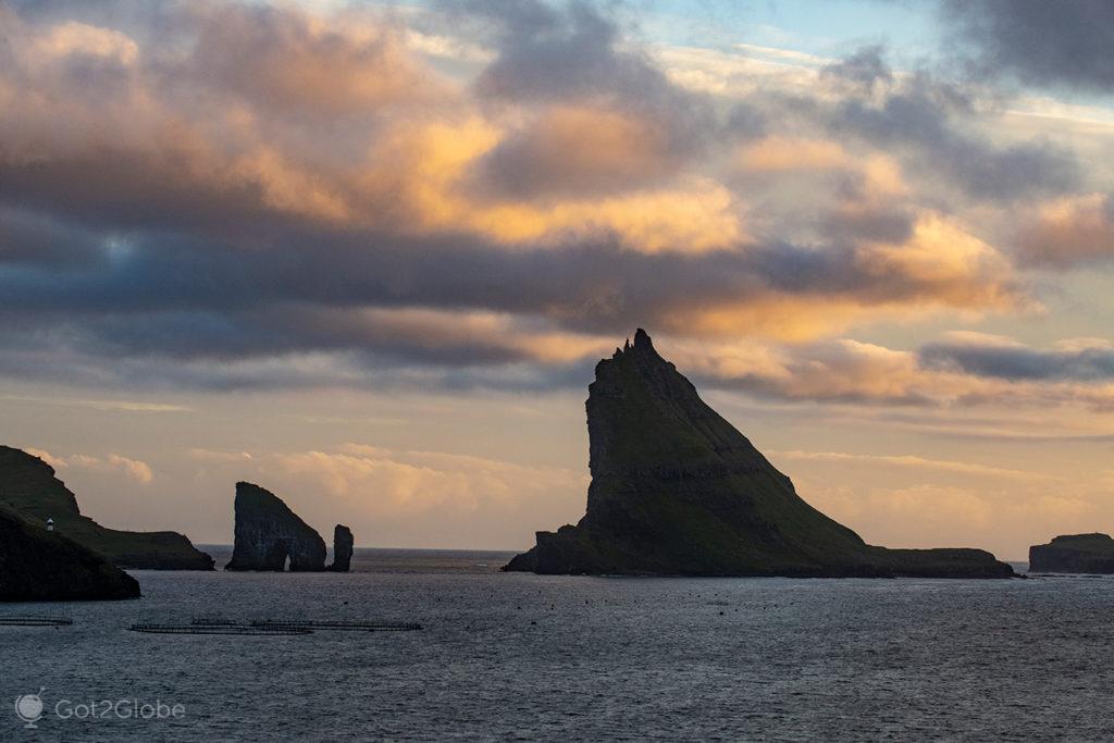 Ilheu de Tindhólmur e o rochedo de Dranganir, ao longe, Ilhas Faroé