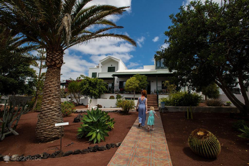Visitantes no jardim da casa de Saramago e Pilar em Lanzarote, Canárias