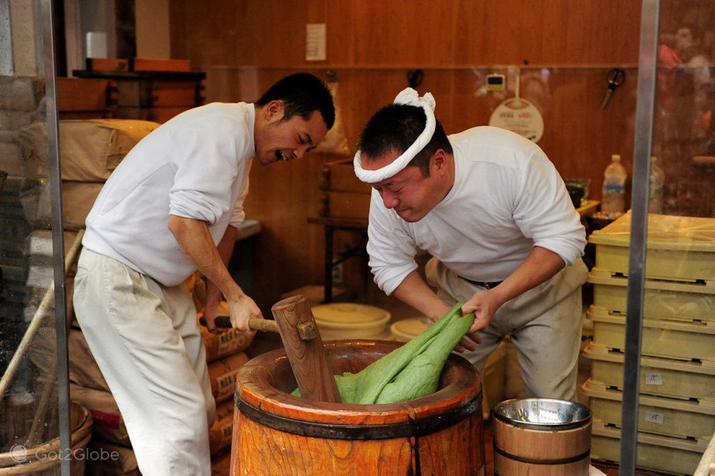 Pasteleiros amassam massa de pasteis, Sanjo-dori, Nara, Japão