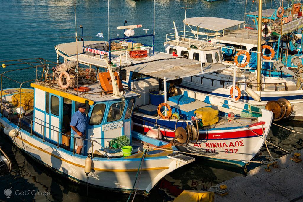 Pescador no porto de Iraklio, Creta, Grécia