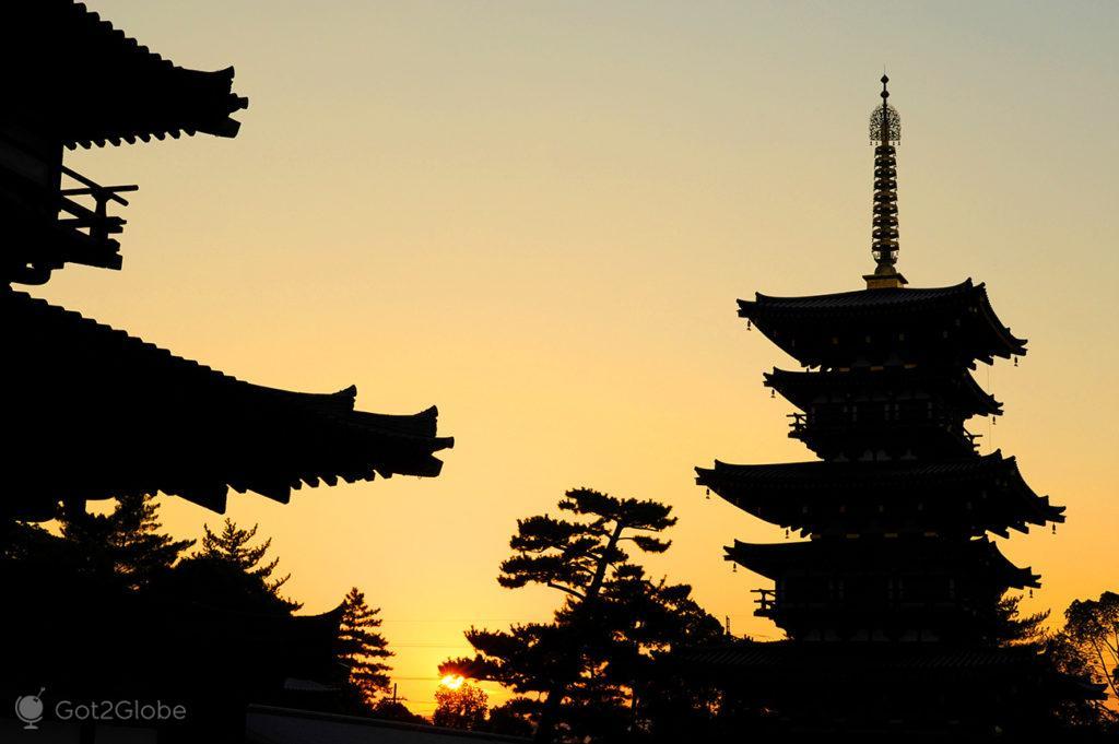Silhuetas pagodes Yakushi, Nara