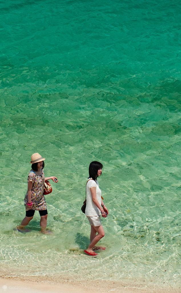 Amigas passeiam na Kabira Bay, Ishigaki, Japão