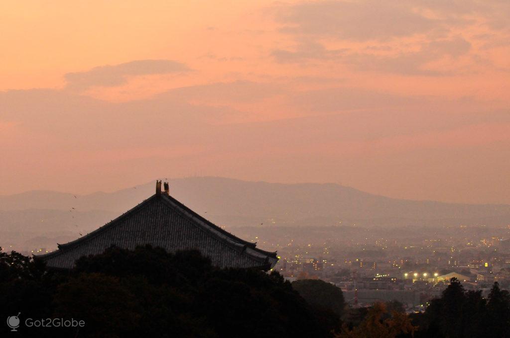 Telhado do templo todai-ji e o casario de Nara, Japão