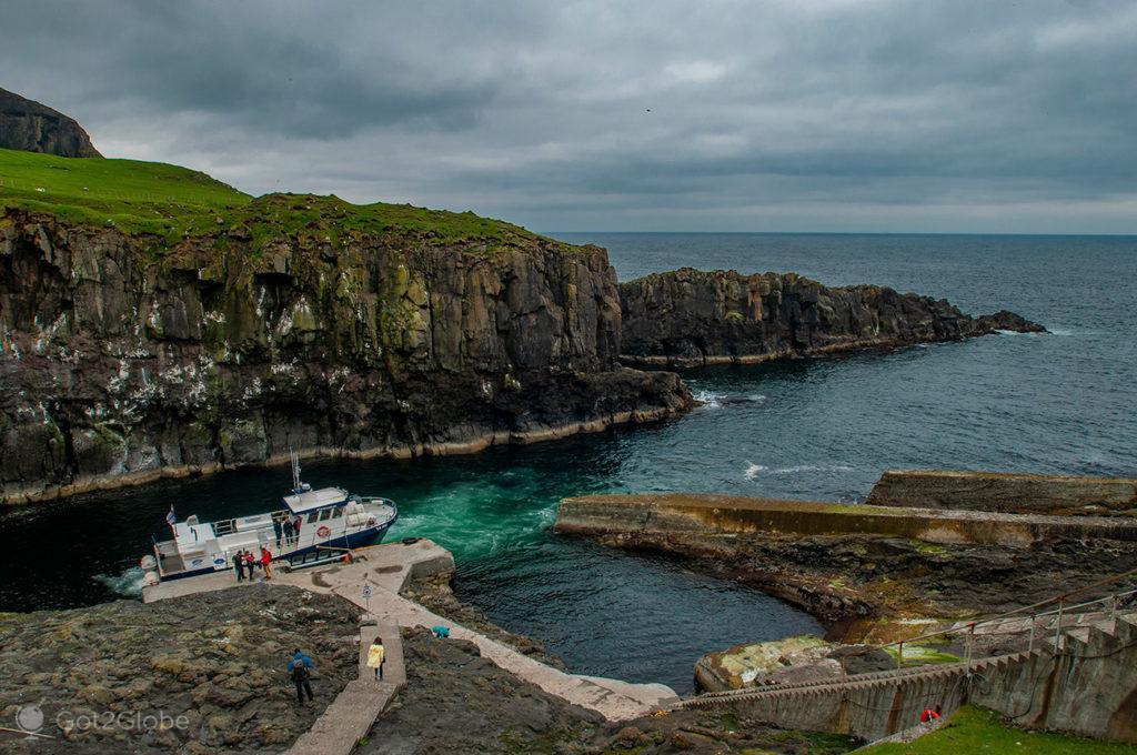 Barco Jósup no porto de Mykines, Ilhas Faroé