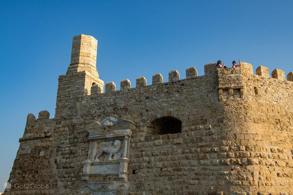 Amigas sobre a fortaleza de Koules, Iraklio, Creta, Grécia