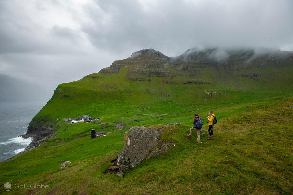 Casal admira vista sobre o vale de Trollanes, Kalsoy, ilhas Faroé