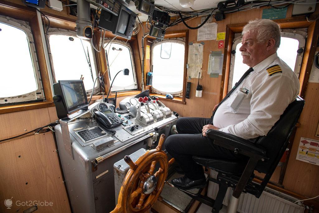 Sámal Petur Grund, comandante do ferry M/F Sam que liga Klaksvik a Sydradadur, Kalsoy, Ilhas Faroé