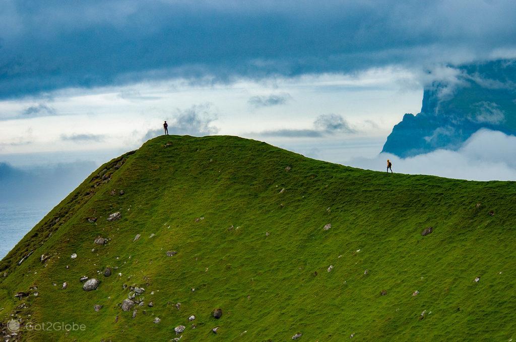 Caminhantes em Kallur, ilha de Kalsoy, Ilhas Faroé