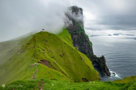 O pequeno farol de Kallur, destacado no relevo caprichoso do norte da ilha de Kalsoy.