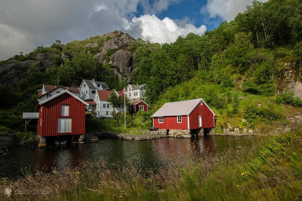 Lugarejo vermelho e branco à beira do Jossingfjord, Magma Geopark, Rogaland, Noruega