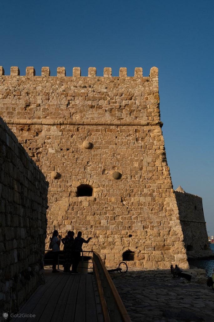 Silhuetas junto da fortaleza de Koules, Iraklio, Creta, Grécia