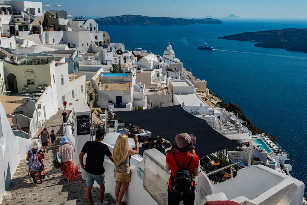 Turistas admiram o casario de Thira, Santorini, Grécia