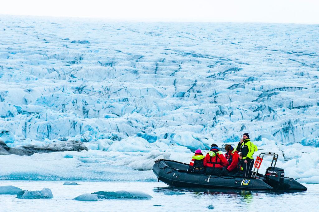 Zodiac com passageiros, glaciar Vatnajökull, Islândia