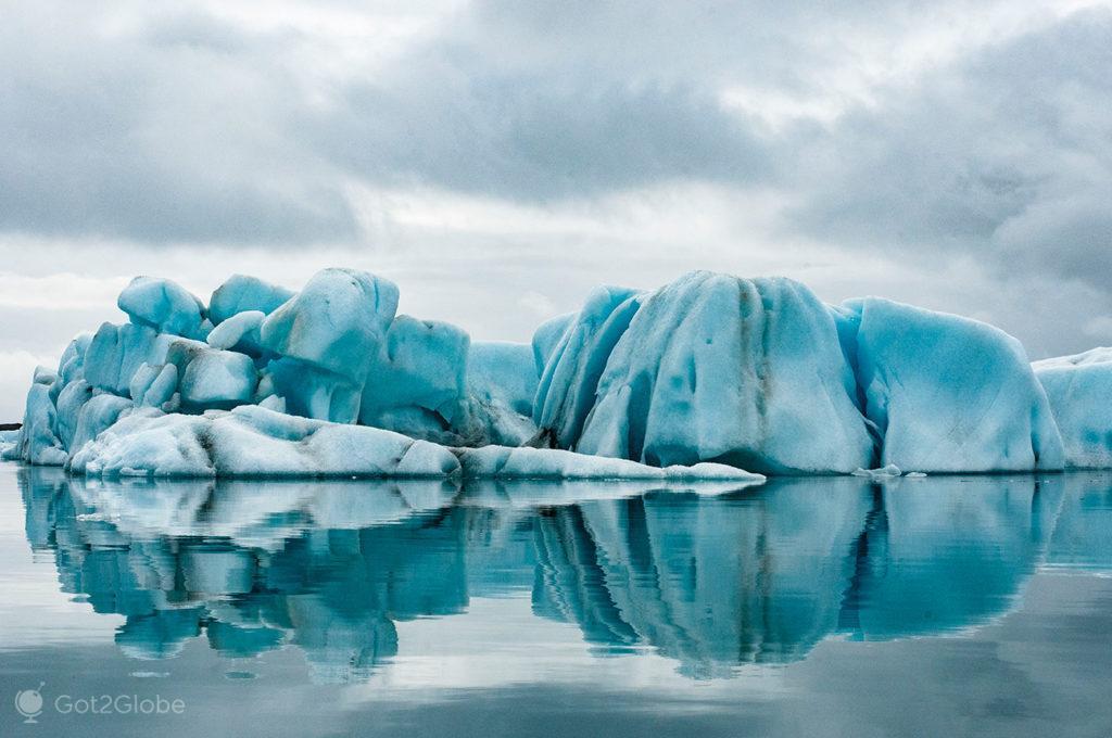 Iceberg da Um dos icebergs com formas caprichosas ds lagoa de Jökursarlón, Islândia