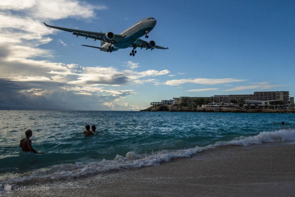 Avião sobre banhistas, Maho beach, Sint Maarten