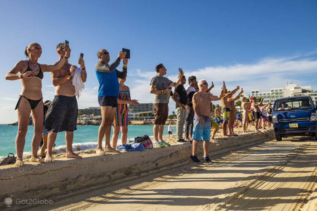 Multidão fotográfica, Maho Beach, Sint Maarten