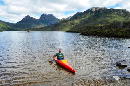 Caiaquer no lago Sinclair, Cradle Mountain - Lake Sinclair National Park, Tasmania, Austrália