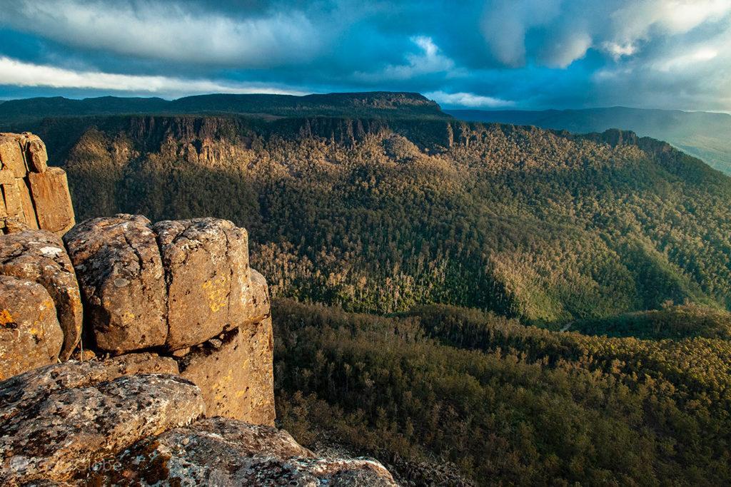 Vista sobre Devil's Gullet, Tasmânia, Austrália