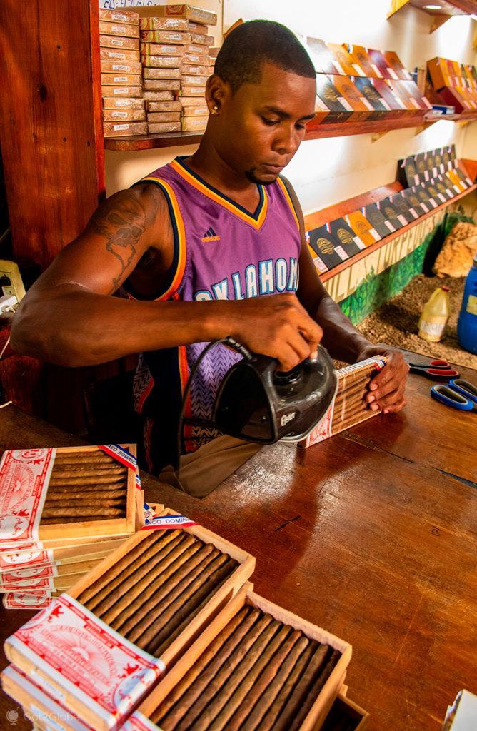 Funcionário na loja de charutos Las Ballenas, Península de Samaná, República Dominicana