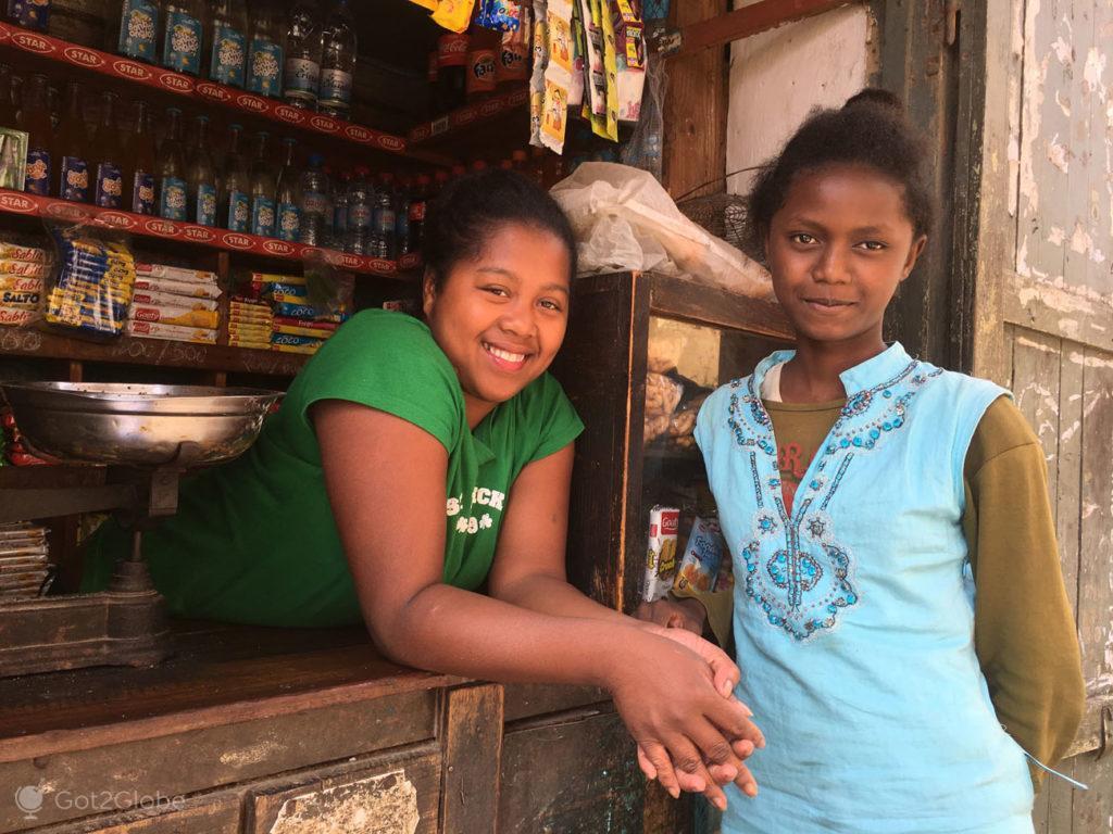 Jovens moradoras, Rova, Fianarantsoa, Madagascar