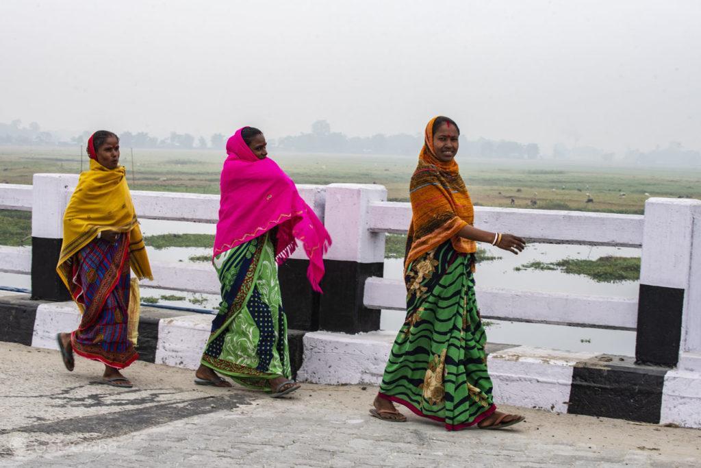 Mulheres sobre ponte do rio Luhit, Majuli, Assam, India