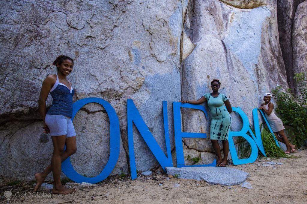 Amigas em Letreiro ONE BVI, Uma fotografia sobre um dos calhaus de granito que dotam o Devil's Bay (The Baths) National Park, Virgen Gorda, Devil's Bay (The Baths) National Park, Virgen Gorda, Ilhas Virgens Britânicas