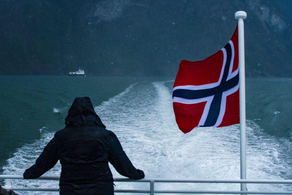 Passageira agasalhada-ferry M:S Viking Tor, Aurlandfjord, Noruega