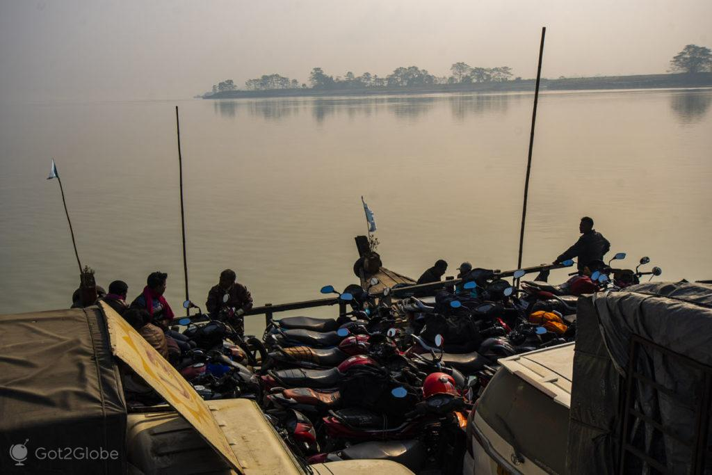 Passageiros de ferry, Majuli, Assam, Índia