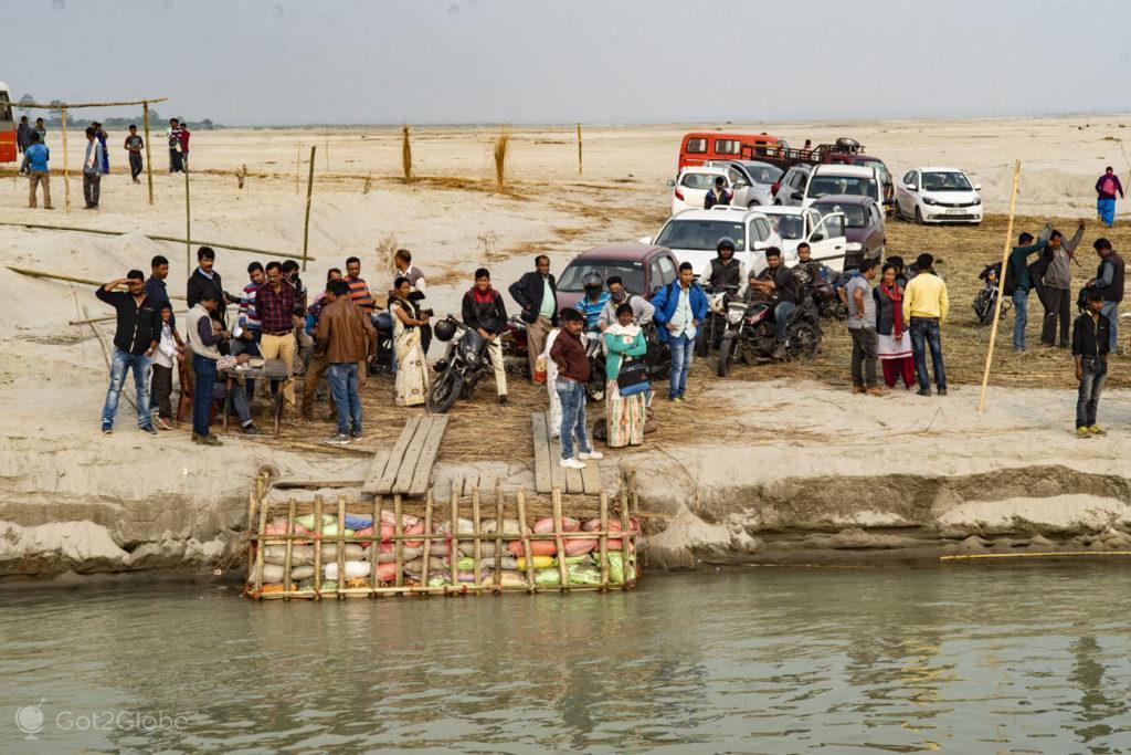 Passageiros aguardam ferry, Majuli, Assam, Índia