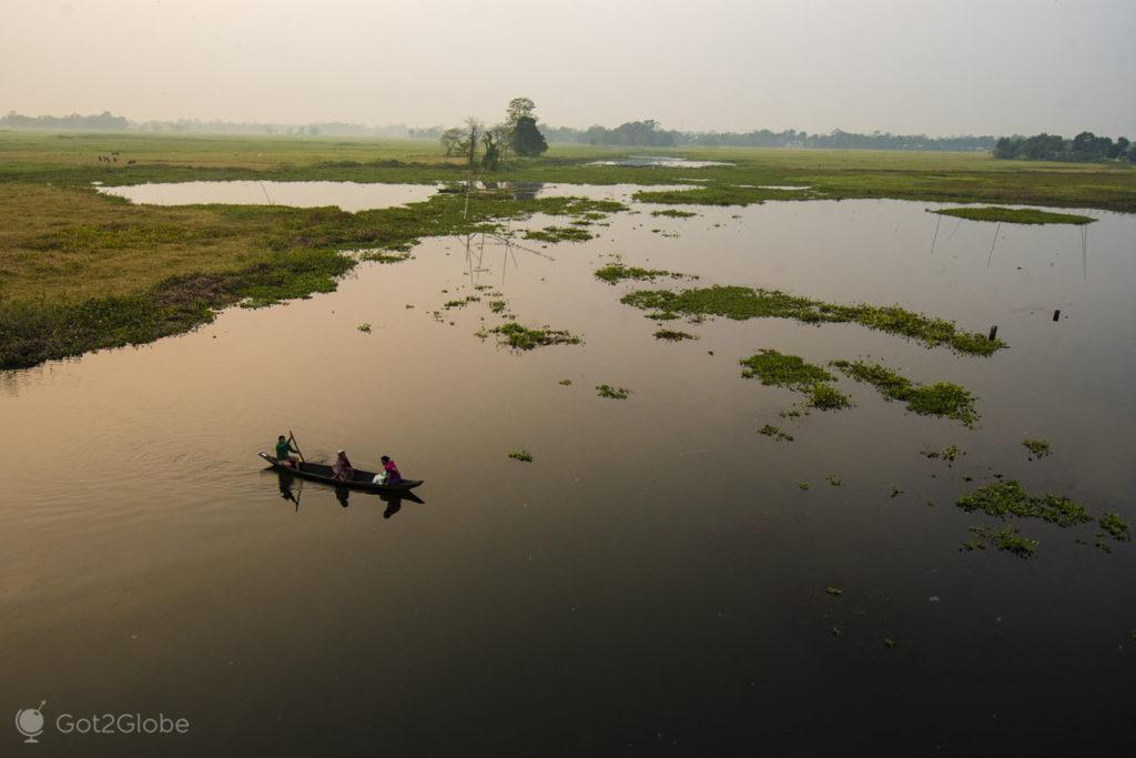 Nativos em canoa, rio Luhit, Majuli, Assam, India