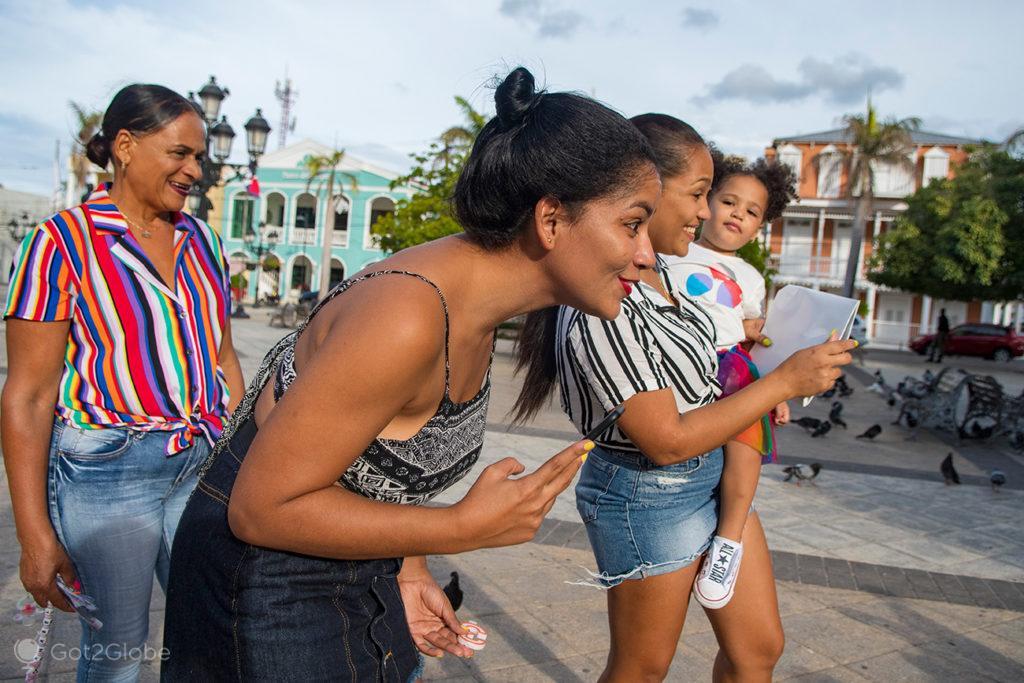 Avó e mãe das irmãs aniversariantes Charlote e Anabela fotografam Anabela no Parque Independência de Puerto Plata.