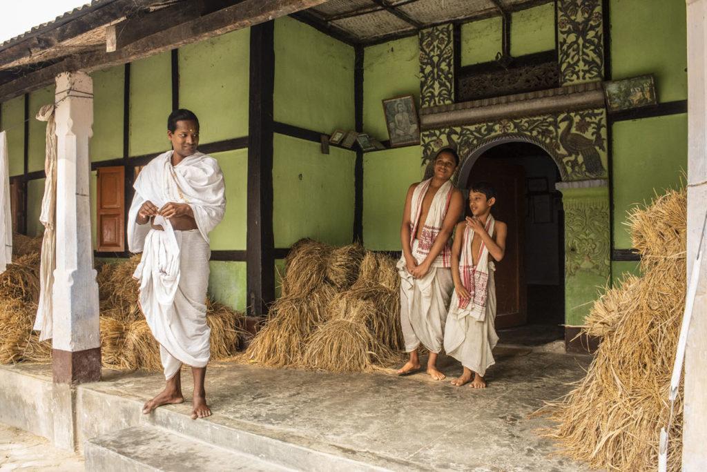 Sacerdote e aprendizes, Kamelabari satra, Majuli, Assam, India