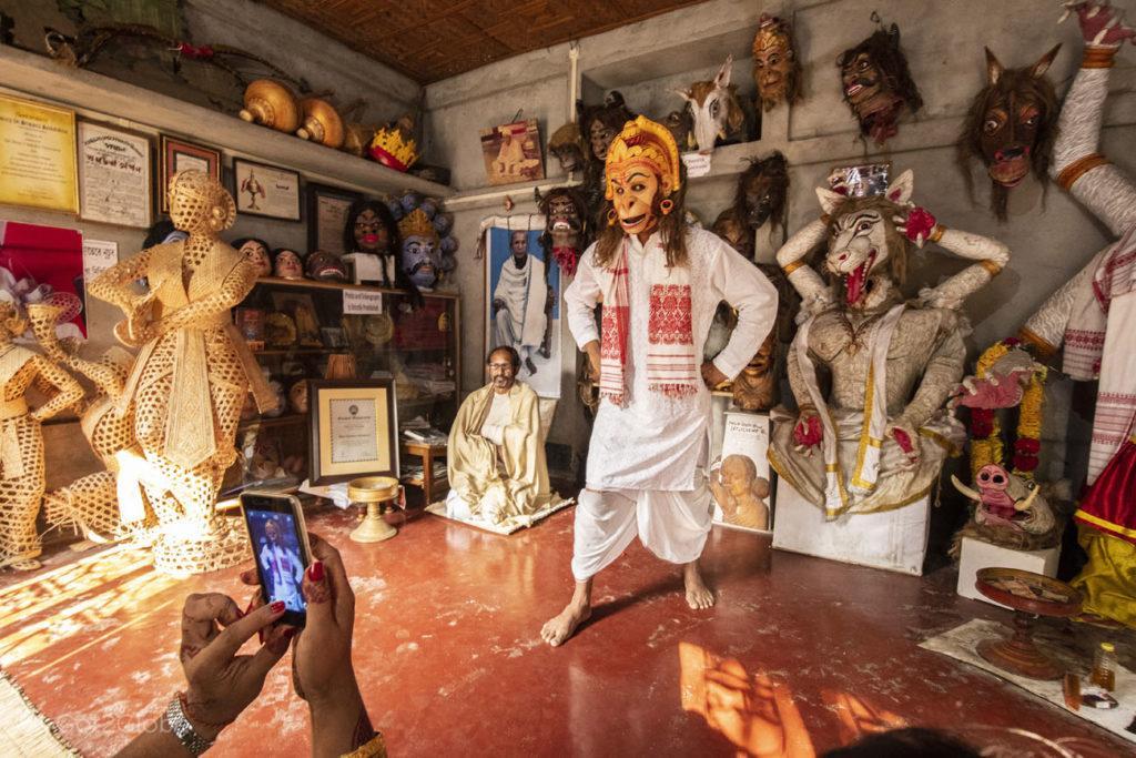 Sacerdote com máscara, Samaguri Satra. Majuli, Assam, India