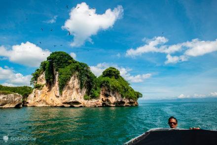 Barco e timoneiro, Cayo Los Pájaros, Los Haitises, República Dominicana