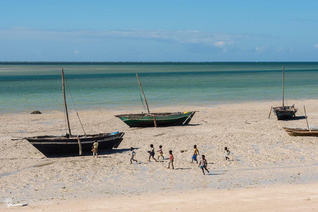Crianças e dhows, ilha Quirimba, Moçambique