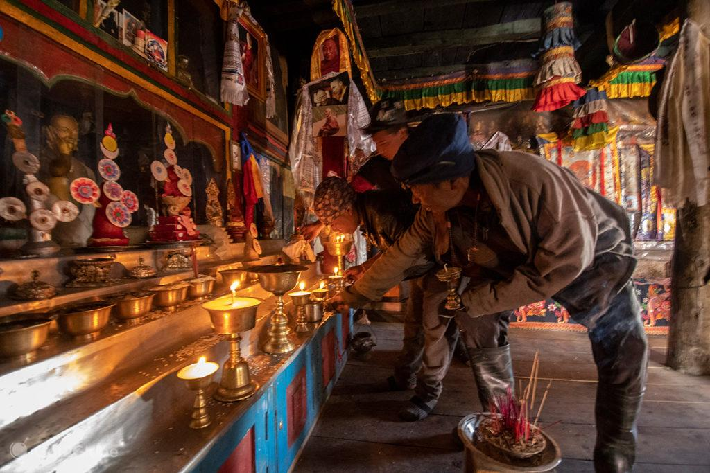 Fieis acendem velas, templo da Gruta de Milarepa, Circuito Annapurna, Nepal