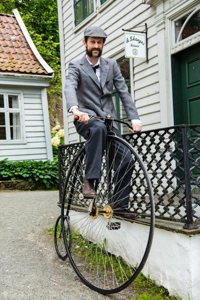Figurante sobre bicicleta antiga, Gamle Bergen, Noruega