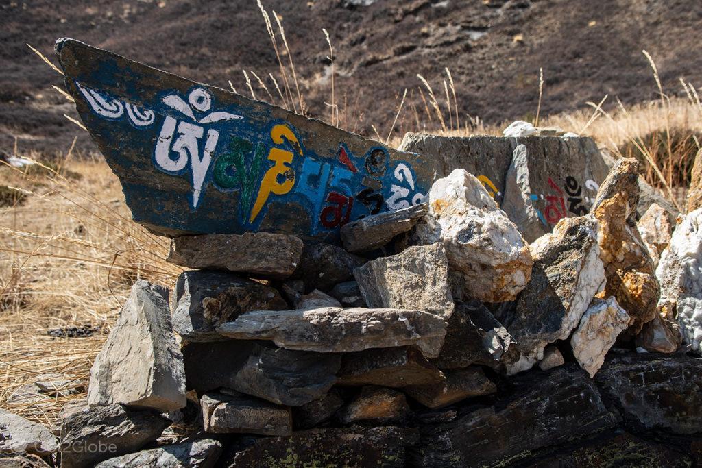 Indicação em nepalês, Gruta de Milarepa, Circuito Annapurna, Nepal