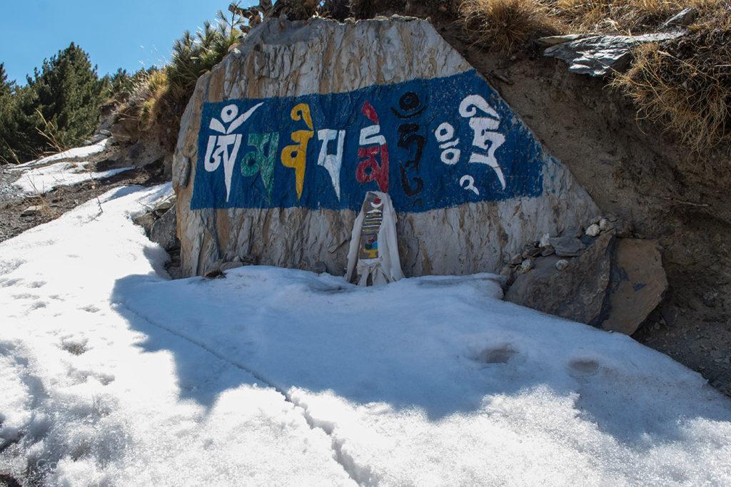 Letreiro pintado, a caminho da Gruta de Milarepa, Circuito Annapurna, Nepal