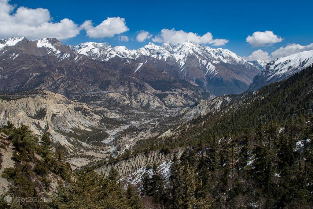 Panorama a partir do caminho para gruta Milarepa, Circuito Annapurna, Nepal