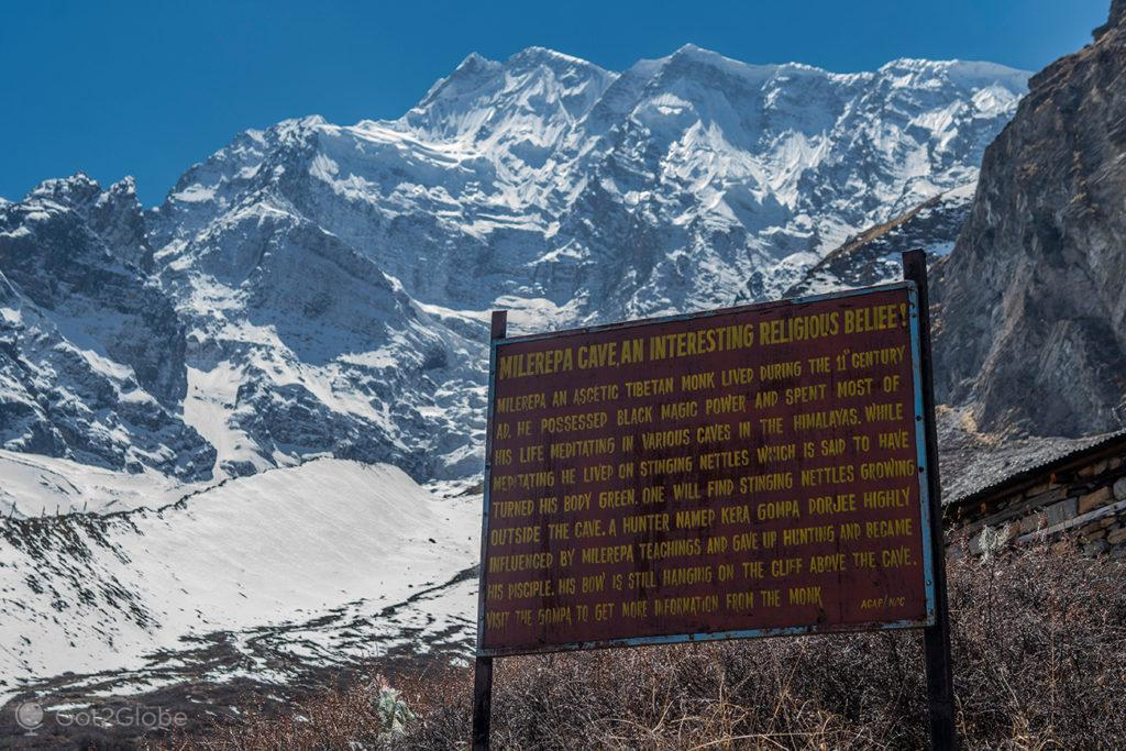 Letreiro explicativo da gruta de Milarepa-Circuito Annapurna, Nepal