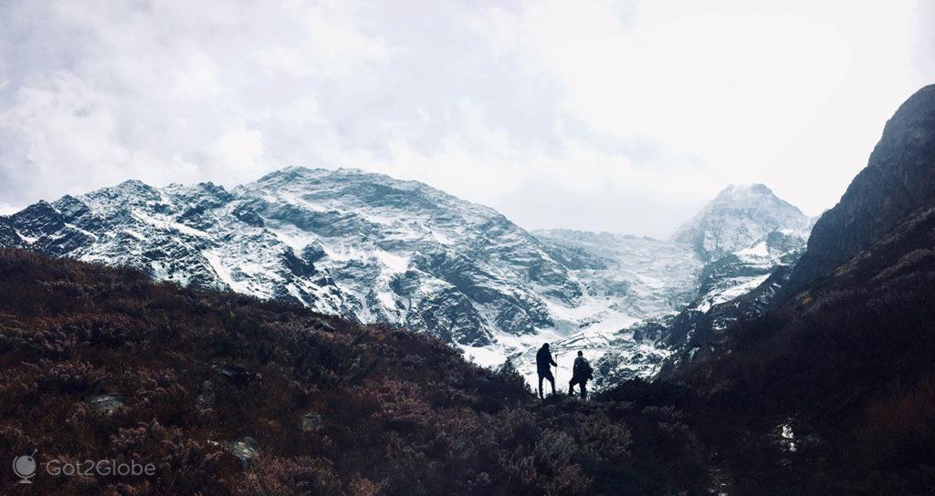 Caminhantes encosta Gangapurna, Circuito Annapurna, Nepal