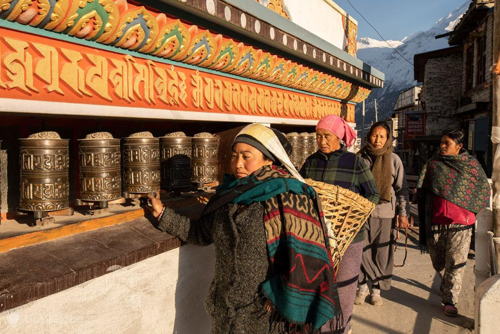 Fieis budistas-tibetanas, Manang, Circuito Annapurna, Nepal