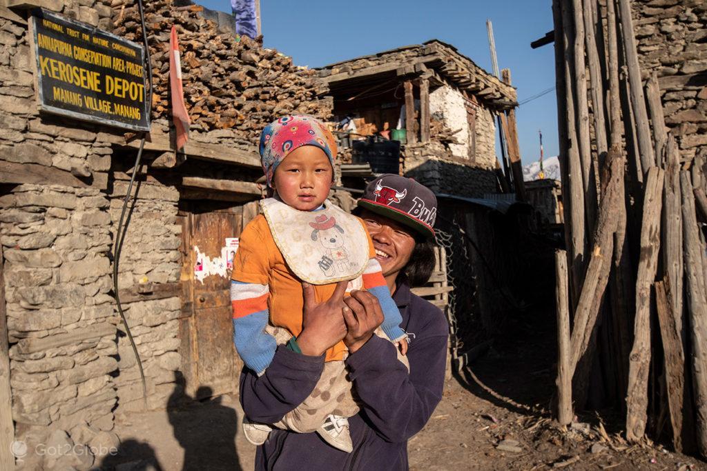 Jovens moradores, Manang, Circuito Annapurna, Nepal