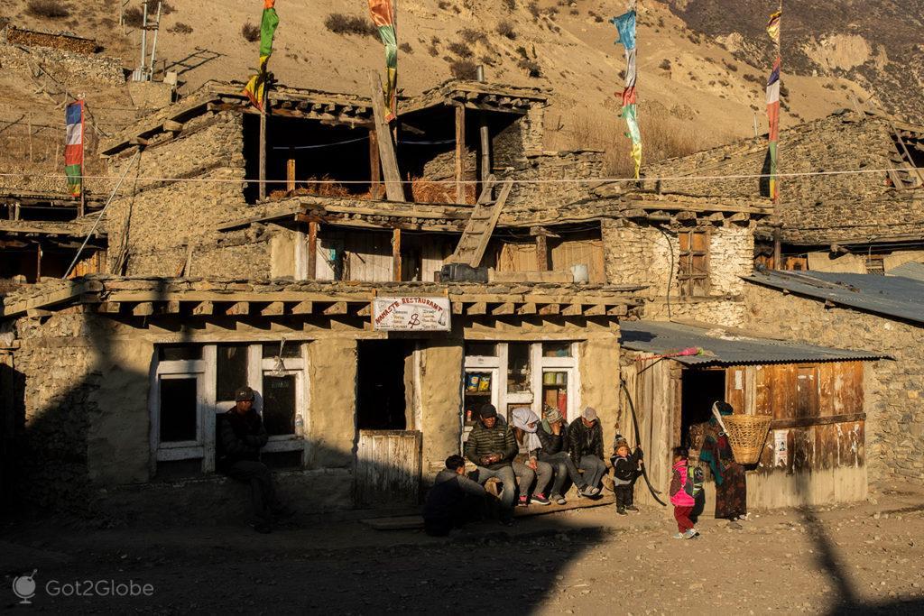 Moradores ao sol, Circuito Annapurna, Nepal