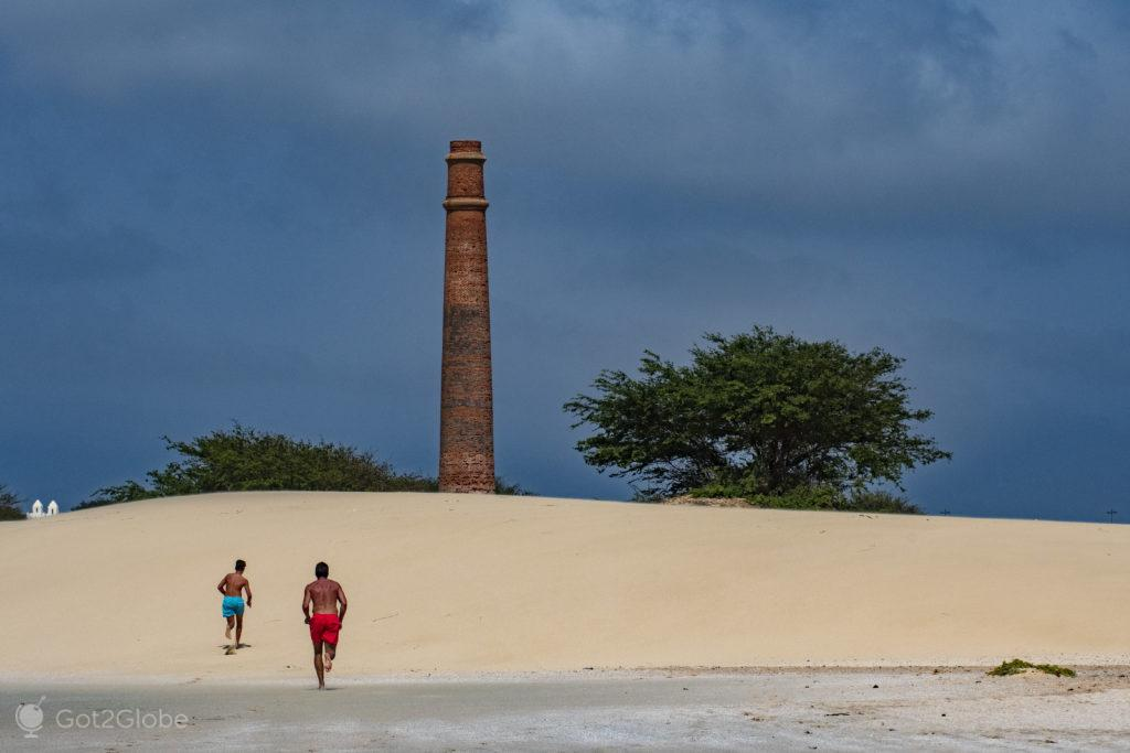 Chaminé de Chaves, Ilha da Boa Vista, Cabo Verde, Sal a Evocar o Sara